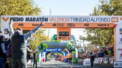 Keniaan Abraham Kiptum verbetert wereldrecord halve marathon in Valencia