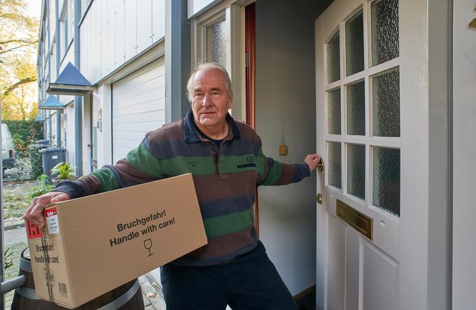 Marcel Bosch met zijn pakket dat hij maandag 11 november kreeg en volgens track & trace op vrijdag 8 november al bezorgd was.