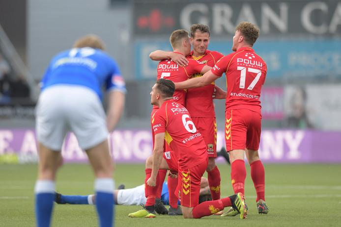 Julius Bliek (nummer 17) viert de overwinning op FC Den Bosch met zijn ploeggenoten.