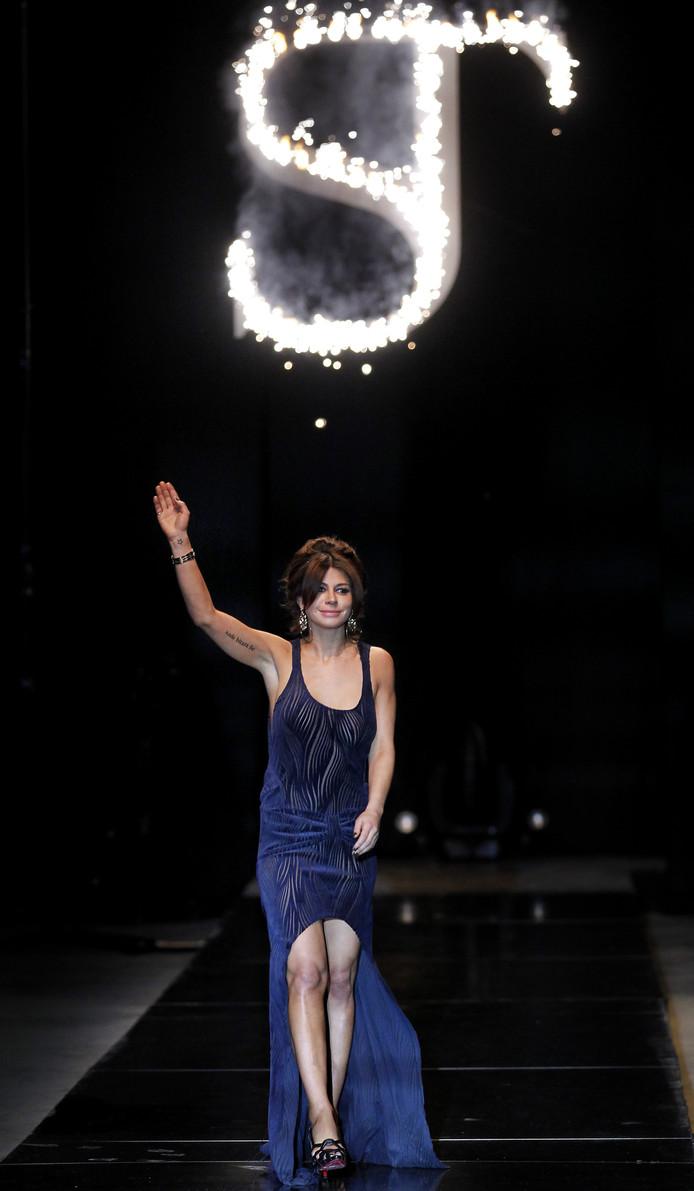 Olcay zwaait naar het publiek tijdens de Amsterdam International Fashion Week 2011.