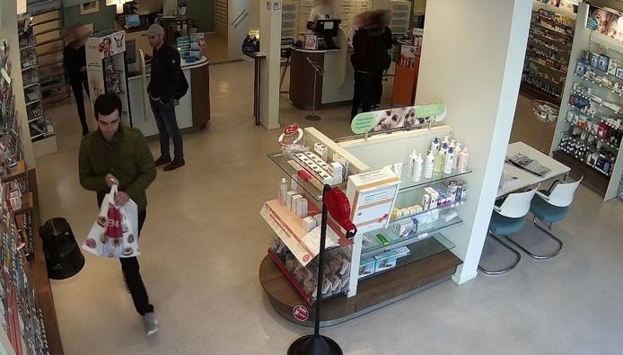 De daders in de apotheek in Zutphen. Foto: Politie