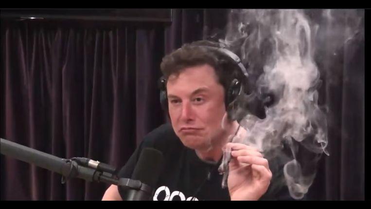 Elon Musk en de opgestoken joint tijdens de podcast.  Beeld Filmbeeld