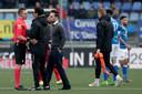 Scheidsrechter Laurens Gerrets overlegt met de coaches Ricardo Moniz en Erik van der Ven.