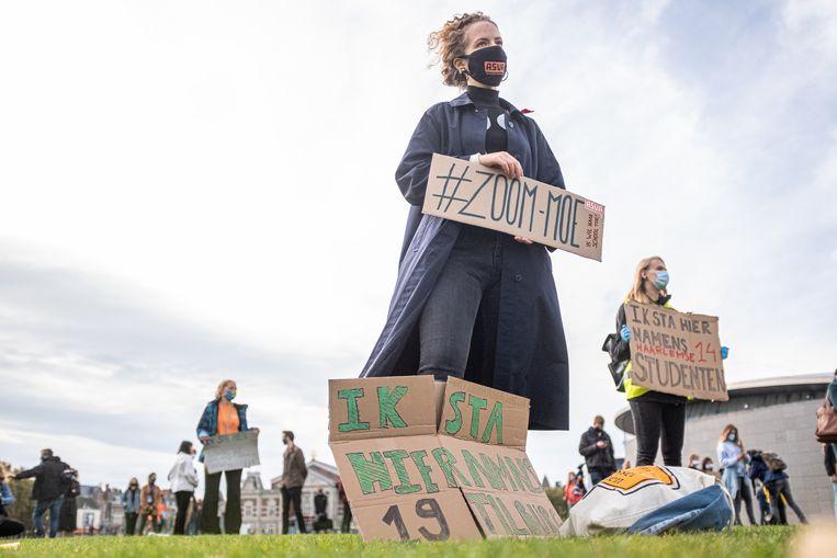 Samen met de actiegroep #ikwilnaarschool organiseren de Amsterdamse studentenbonden ASVA en SRVU en de Landelijke Studentenbond begin oktober de demonstratie 'Wij willen naar school' op het Museumplein in Amsterdam. De studenten maken zich zorgen om de kwaliteit van onderwijs gezien nu vanwege het Coronavirus veel lessen online gevolgd moeten worden.  Beeld Joris van Gennip