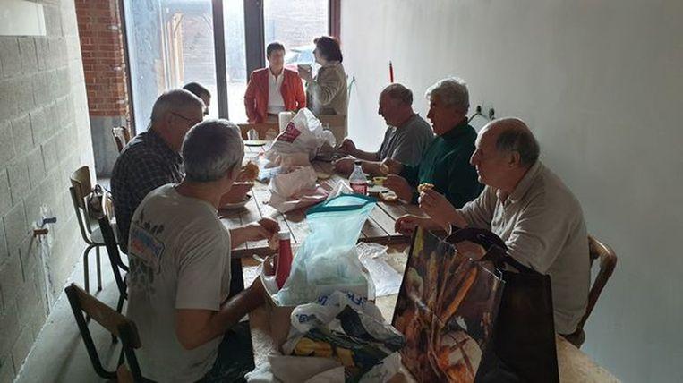 Vrijwilligers die samen lunchen tijdens de bouwwerken is een beeld dat voorlopig niet meer aan de orde is