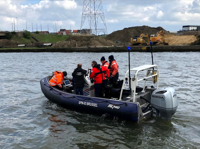 De politie speurt met een sonarboot op het Albertkanaal. De zoekacties op het Albertkanaal zijn afgesloten.