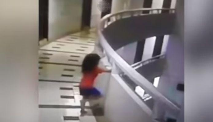 Une petite fille somnambule est tombée du onzième étage