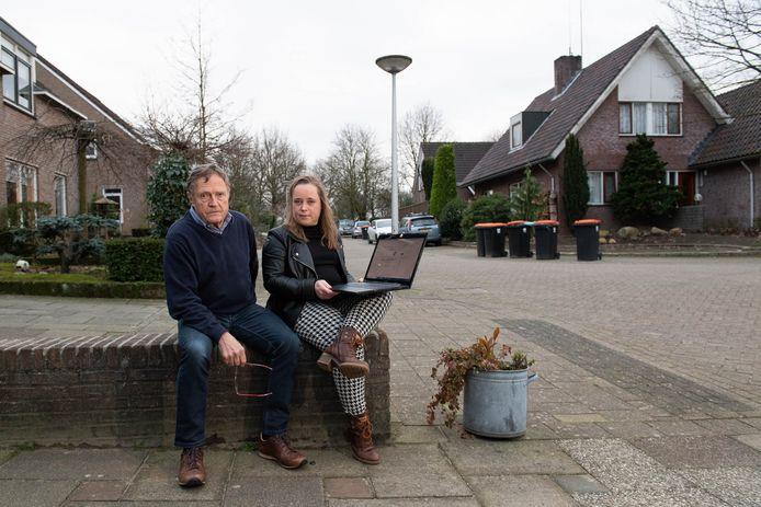 Anne-Marie Kuipers en Arie Roeleveld hebben naar eigen zeggen veel last hebben van de houtkachel van de achterbuurman.