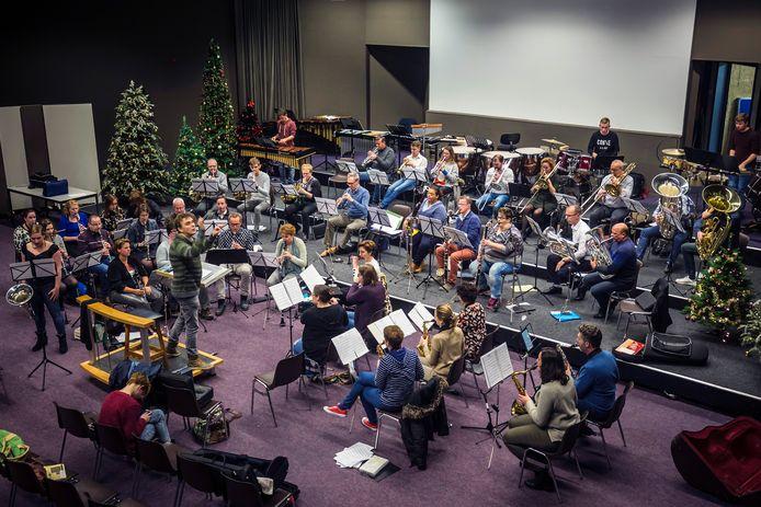 De Dordts Phil repeteert voor het oudejaarsconcert.