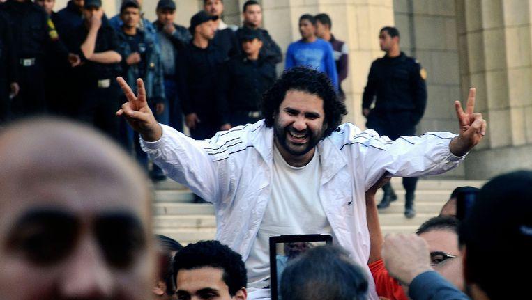 De Egyptische blogger groet zijn fans tijdens zijn rechtszaak in Caïro. Beeld ap