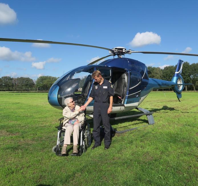 De 97-jarige mevrouw met haar helikopterpiloot.