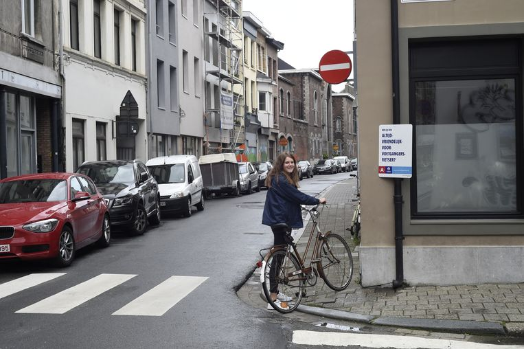 Emma met haar fiets aan de Begijnenstraat, die ze in de verkeerde richting inreed.