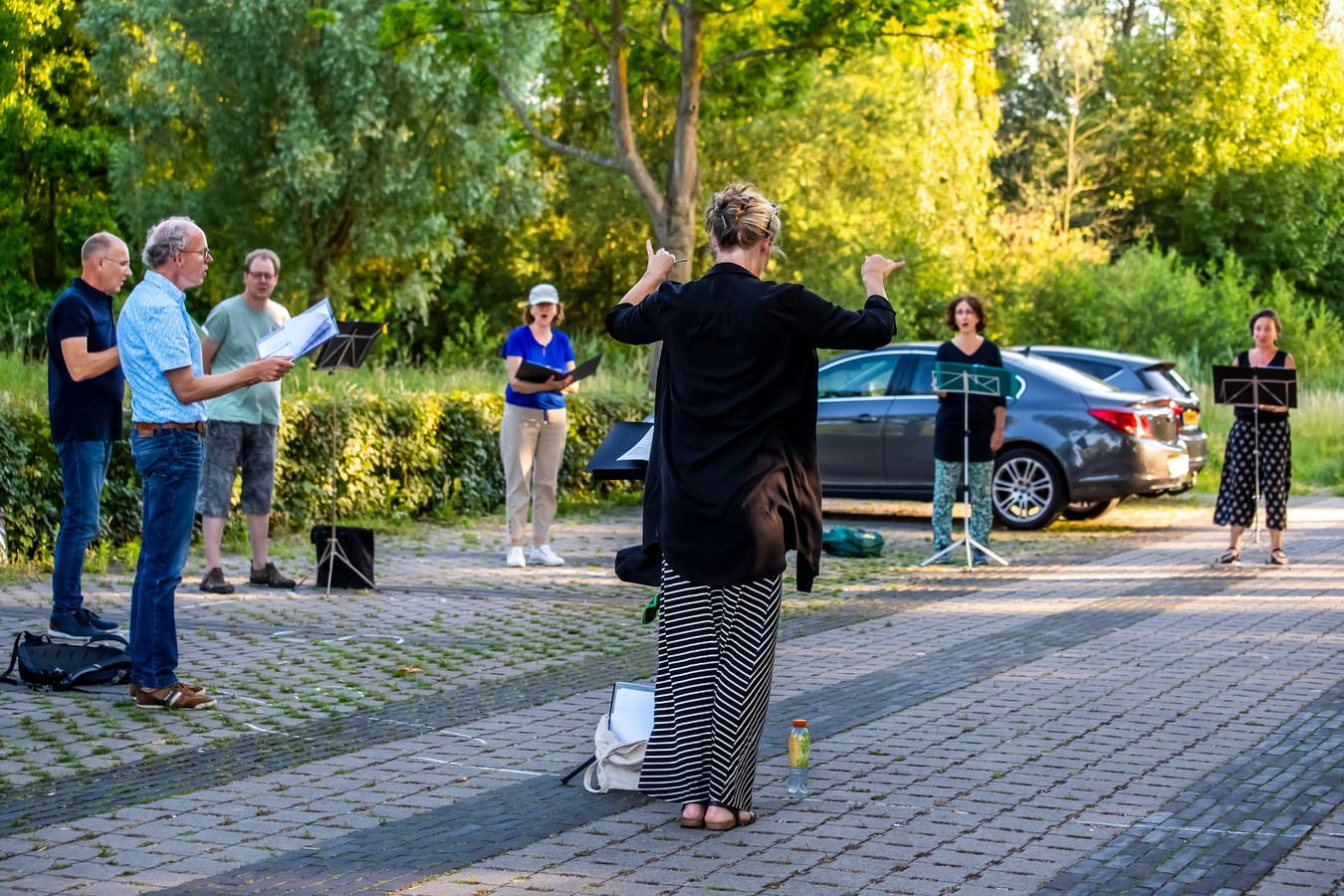 Kamerkoor Sjanton uit Utrecht repeteert op de parkeerplaats van zwembad Krommerijn in Utrecht.
