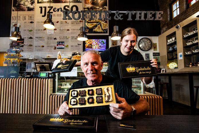 Eric Draaijer en Yasmin met opvallende 'chocozeepbox'.  'De Egyptenaren wasten zich vroeger al met chocolade.'