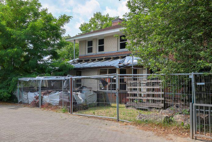 Nieuwbouwhuis aan de Stationsweg in Nuenen wacht al vijftien jaar op afronding van de werkzaamheden.