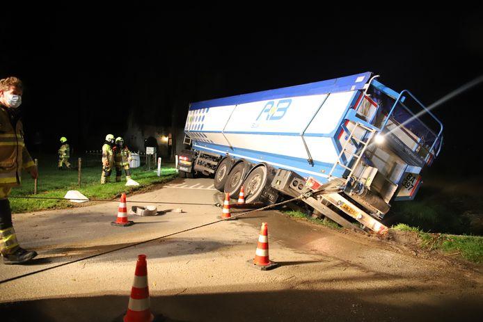 De gestrande vrachtwagen aan de Bredestraat in Meteren.