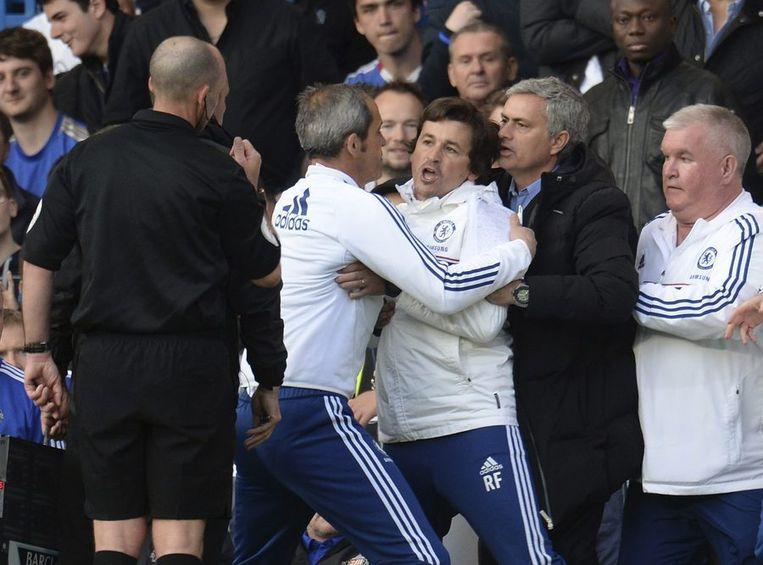José Mourinho (tweede van rechts) bedwingt zijn assistent Rui Faria (midden) nadat hij naar de tribune is gestuurd door scheidsrechter Mike Dean (links) tegen Sunderland Beeld reuters