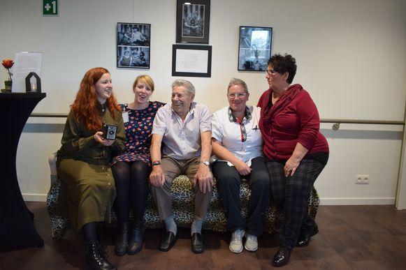 De 89-jarige Leopold Van De Walle (centraal) geniet. Op de foto: fotografe Kimberly, ergotherapeute Anne-Lise, Leopold, afdelingsverantwoordelijke Peggy en vrijwilligster Karine.