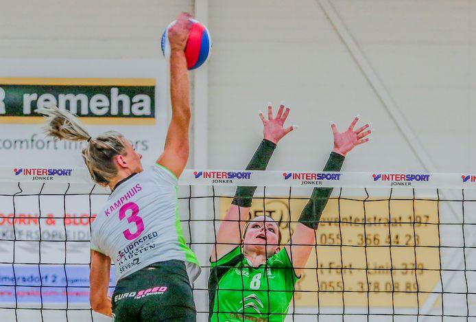 FAST-spelverdeler Bregje van den Heuvel (nummer 8) in het tenue van haar vorige club Alterno.