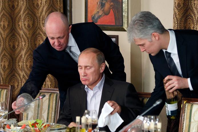 Jevgeni Prigozjin, de voormalige chef-catering van het Kremlin (l) en de Russische president Poetin (m).