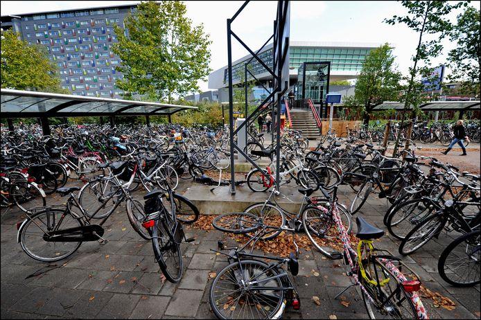 Fietsen bij station Heyendaal.