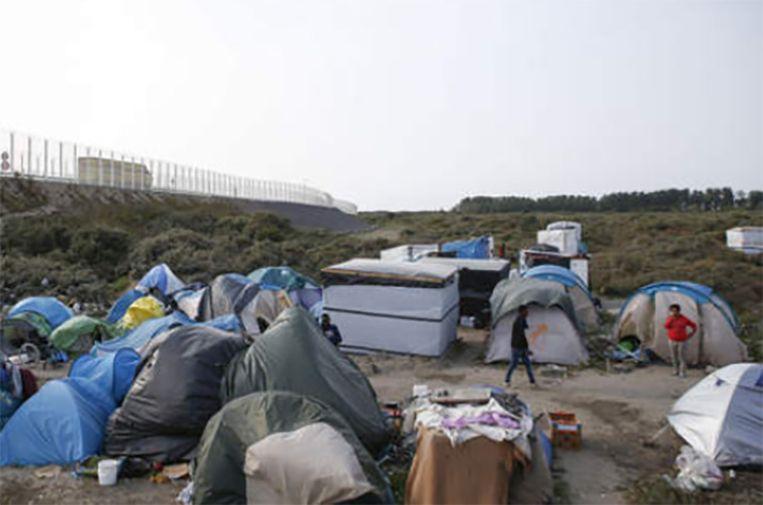 Het kamp ligt in de schaduw van het laatste stuk snelweg naar de carferry richting Engeland.