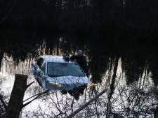 Auto mist voetgangers rakelings en rijdt water in bij Plasmolen
