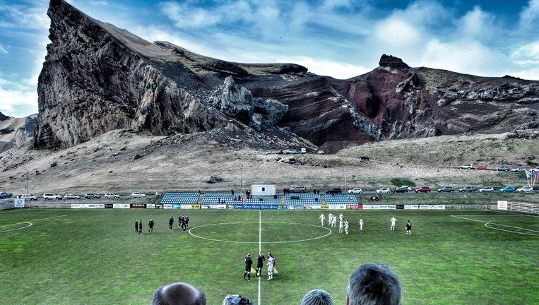 Het Hásteinsvöllur-stadium in de stad Vestmannaeyjar, dat ruimte biedt aan 2.800 toeschouwers Beeld Presse sports