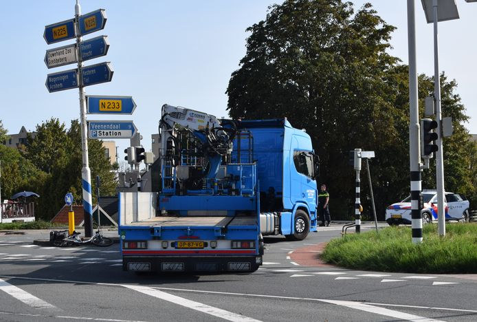 Een fietsster kwam op de Grebbeweg onder een vrachtwagen terecht.