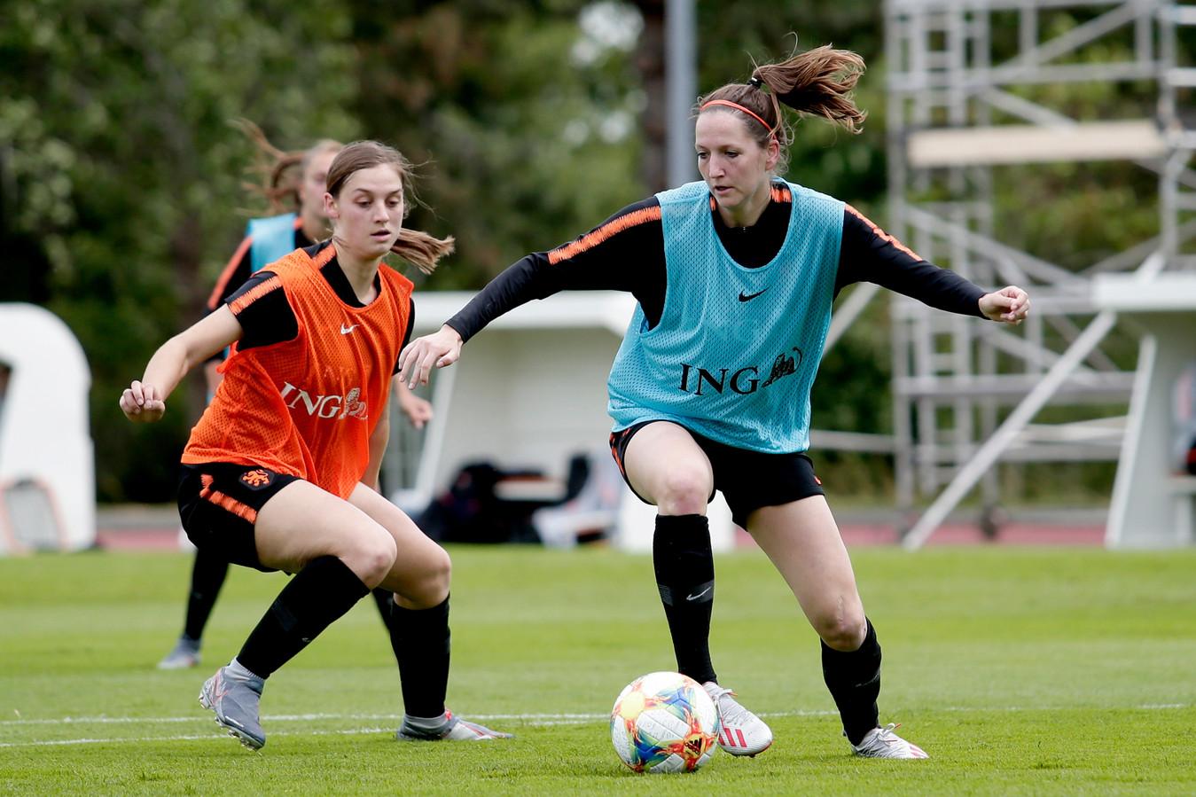 Aniek Nouwen (links) op de training met Ellen Jansen.