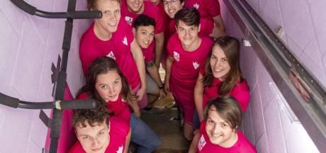 Wow! Huisgenoten gaan 'tot het gaatje' bij Alpe d'Huez-beklimming in eigen studentenhuis