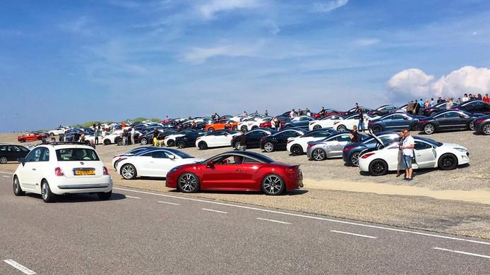 Meer dan honderd Peugeot RCZ's op de Brouwersdam.