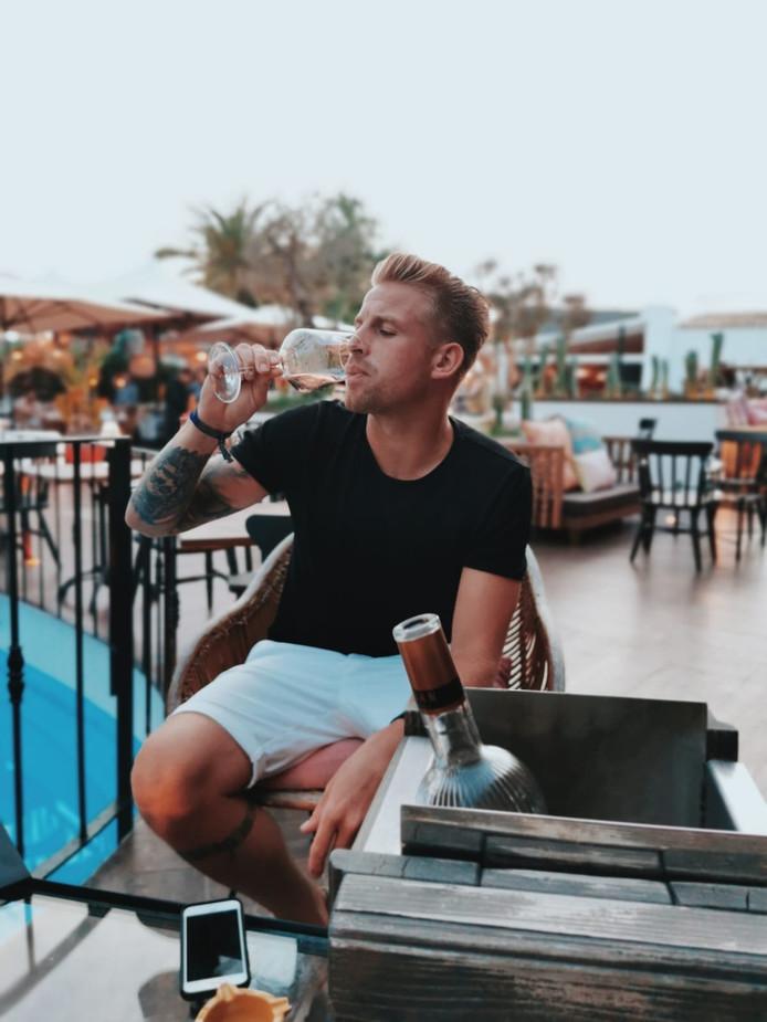 Joey Spaan, beter bekend als Oh Oh Cherso-ster Matsoe Matsoe, tijdens zijn huwelijksreis op Ibiza.