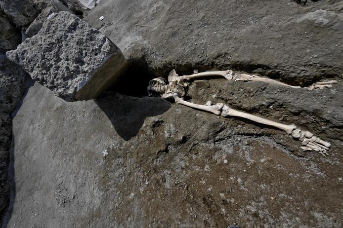 Op de plaats van 's mans hoofd rust een 300 kilo zwaar stuk steen