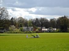 Zweefvlieger landt in weiland Rheden door bui boven Posbank