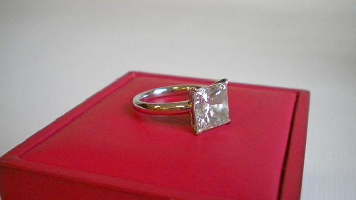 De ring bestaat uit 18 karaat wit goud en is bezet met een diamant van 5,14 karaat.