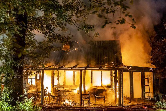 De houten woning in Strijbeek is volledig afgebrand.