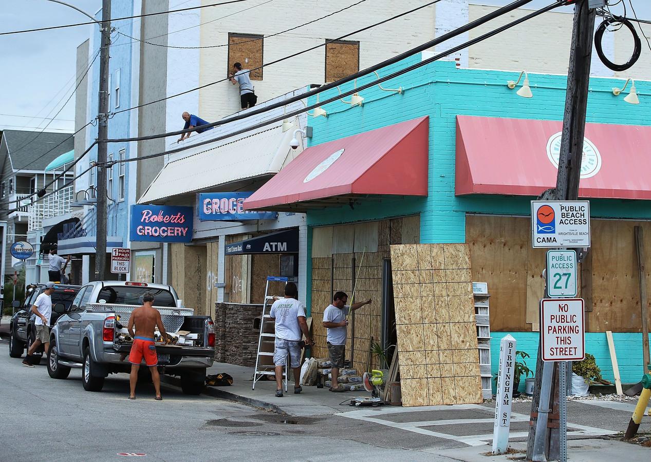 In Wrightsville Beach, North Carolina, worden winkels met houtplaten gebarricadeerd in afwachting van de naderende superstorm.