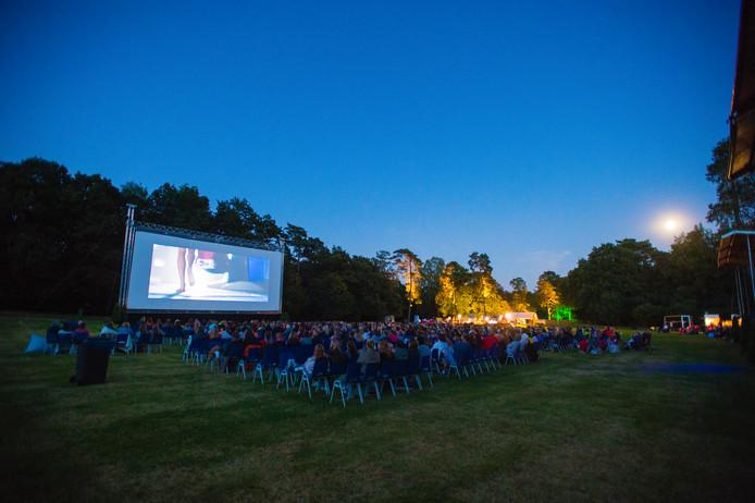 Op de Bosweide wordt jaarlijks een enorm filmdoek geplaatst voor het Vue Openlucht Filmfestival. Foto Archief