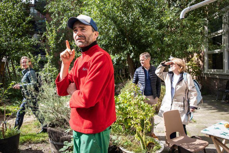 Excursiedeelnemers in de voorbeeldtuin van MidWest Beeld Dingena Mol