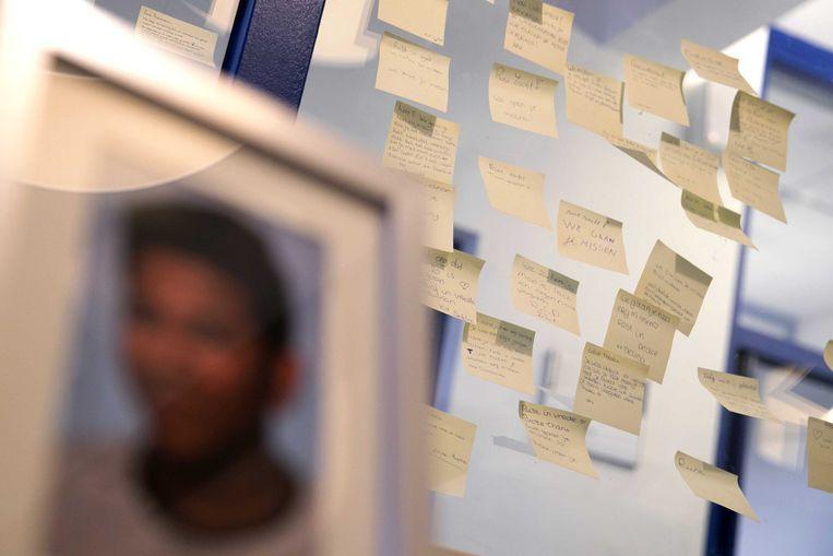 Op een middelbare school in Heerlen werd vorig jaar een herdenkingshoekje ingericht nadat een 15-jarige scholier zelfmoord had gepleegd. Beeld ANP