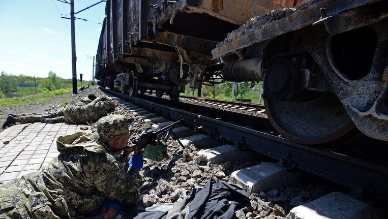 Pro-Russische militanten langs het spoor bij Slavjansk.