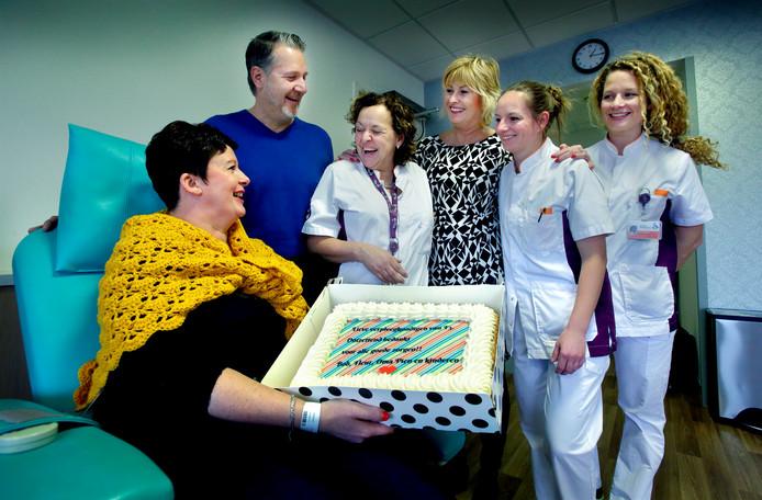 Fleur Schepel en haar vriend Bob Veldt bedanken het personeel van het Albert Schweitzer ziekenhuis met taart.
