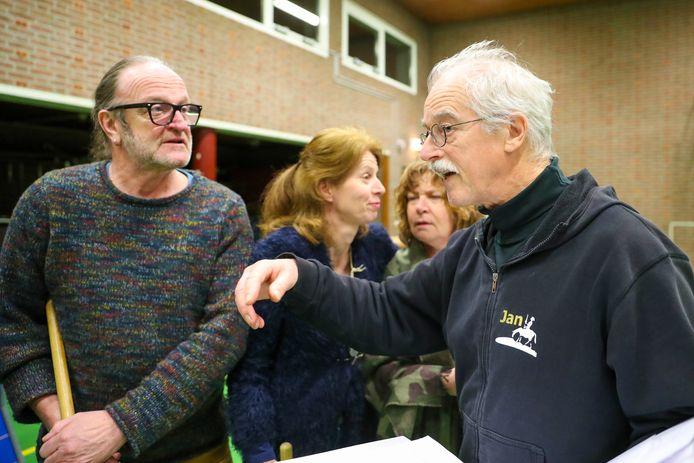 Keskenoate-speler Paul van Hoof (links) neemt de spelregie van Jan Adriaans in zich op.