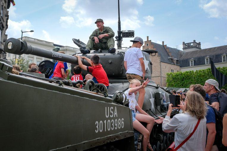 Nationale feestdag: er is heel wat nieuw en antiek militair materieel aanwezig.