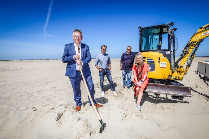 Het strand van Zeebrugge wordt genivelleerd zodat de strandcabines kunnen worden geplaatst. Van links naar rechts: Dirk De fauw, Dirk Ramandt, Frederik Decloedt en Mercedes Van Volcem