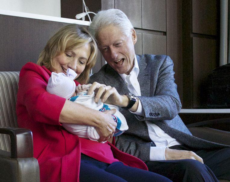 2014: oma Hillary Clinton en opa Bill met hun kleindochter Charlotte. Beeld AP