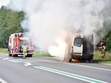 Bestelbus brandt uit bij Biddinghuizen, bestuurder raakt gewond