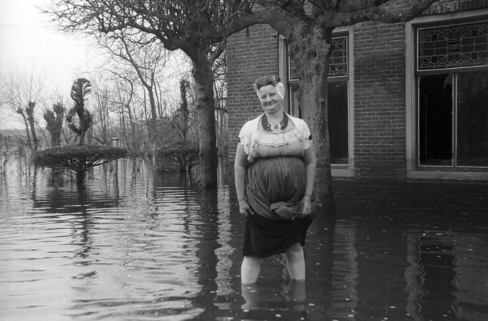 Hofstede Voorzorg tussen Grijpskerke en Oostkapelle in het water, 1945.