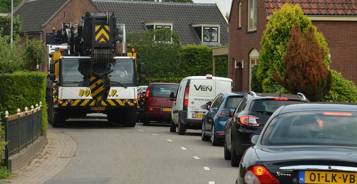 Het sluiperverkeer dat de files op de A2 tracht te omzeilen, veroorzaakt ondanks de verkeerslichten nog steeds dagelijks overlast op de Dr. A Kuyperweg in Beesd.